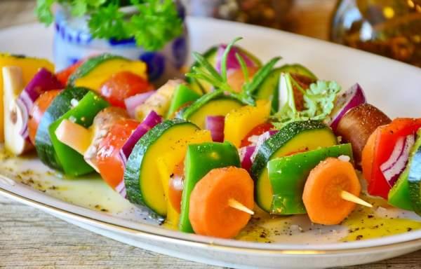 Les brochettes de veggies, c'est rigolo à faire et absolument délicieux !