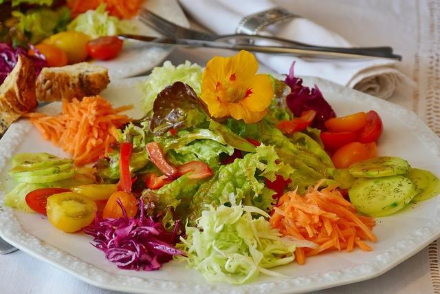 Plein de crudités dans une salade haute en couleurs = un max de vitamines et nutriments !