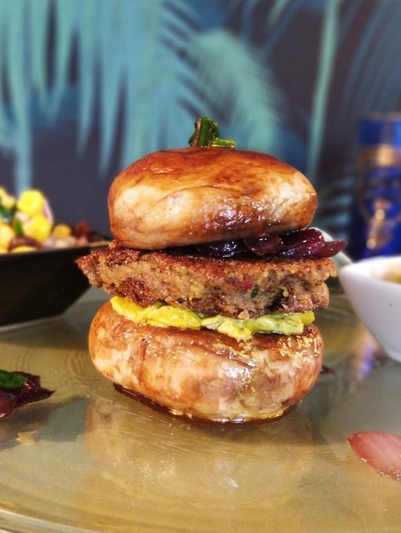 Le burger vegan aux galettes de Haricots Azuki, Poireaux, Oignons et Salsa de Maïs.