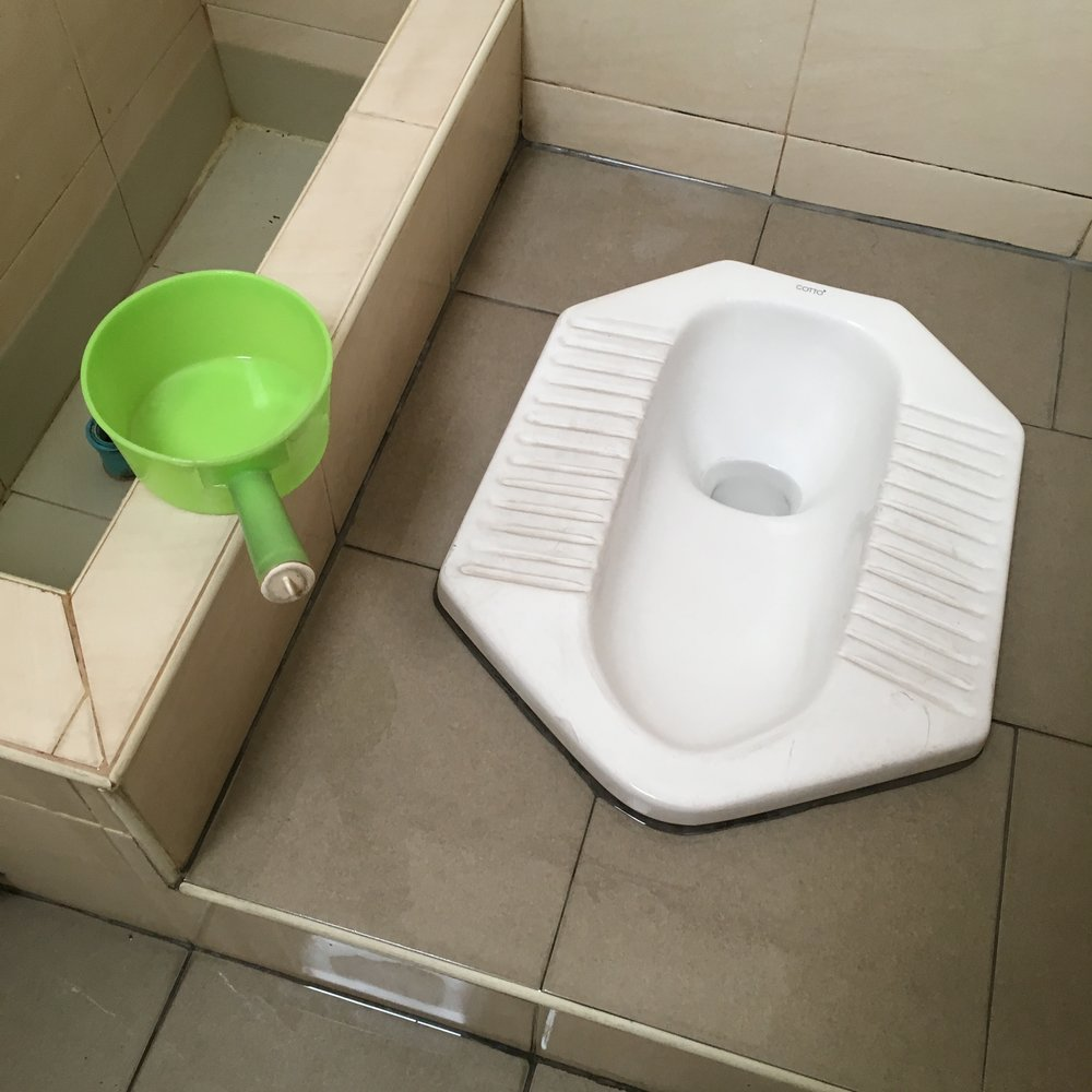 Toilettes turques : une solution moins confortable pour tes jambes mais tellement plus saine pour ton côlon.